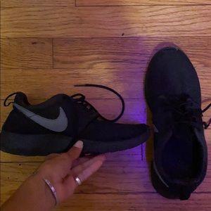 Nike Shoes - Nike Rosche Runs